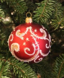 shin_red_glass_christmas_ball_on_tree2